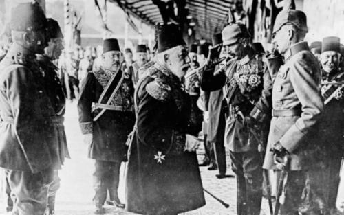 Sultan Mehmed V. begrüßt Kaiser Wilhelm II. bei seiner Ankunft in Konstantinopel