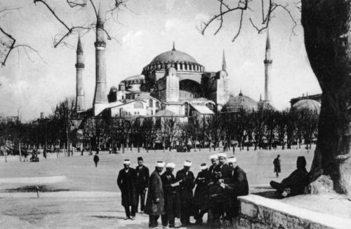 Hagia Sophia als Moschee mit Gläubigen davor