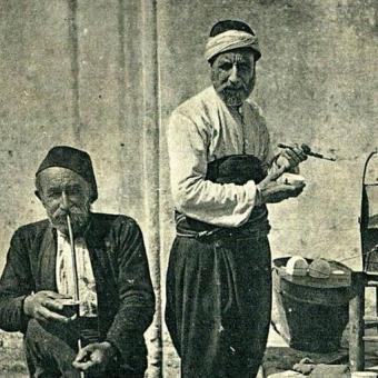 Alte Männer mit Kaffee und Pfeife